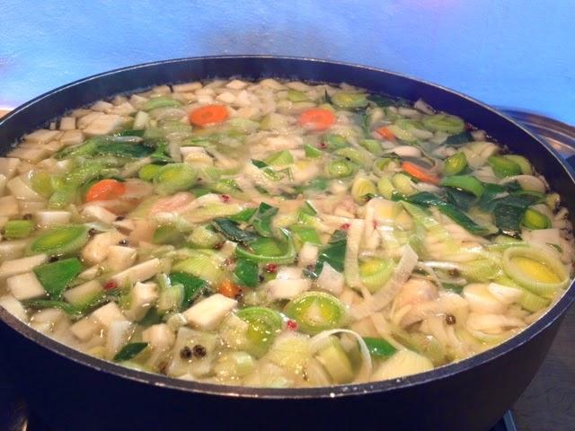 Suppe kogt på en stor Hopballekylling