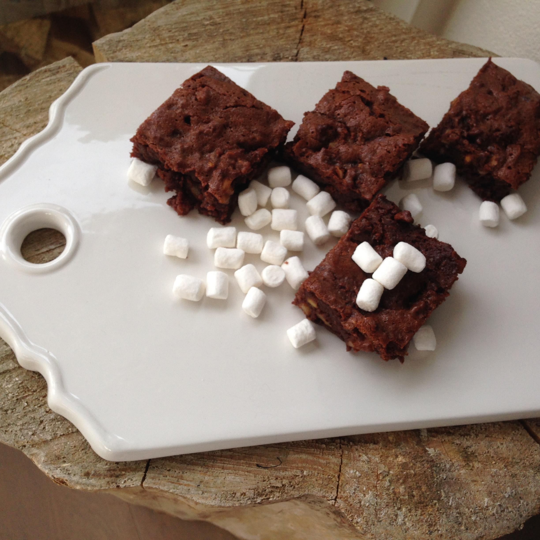 Brownie med nødder og skumfiduser