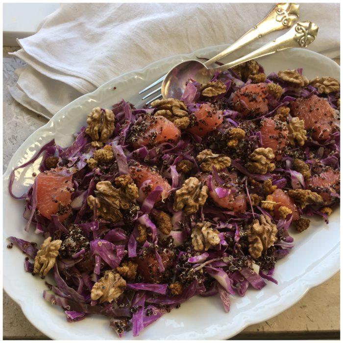 Quinoasalat med grape, morbær og valnødder