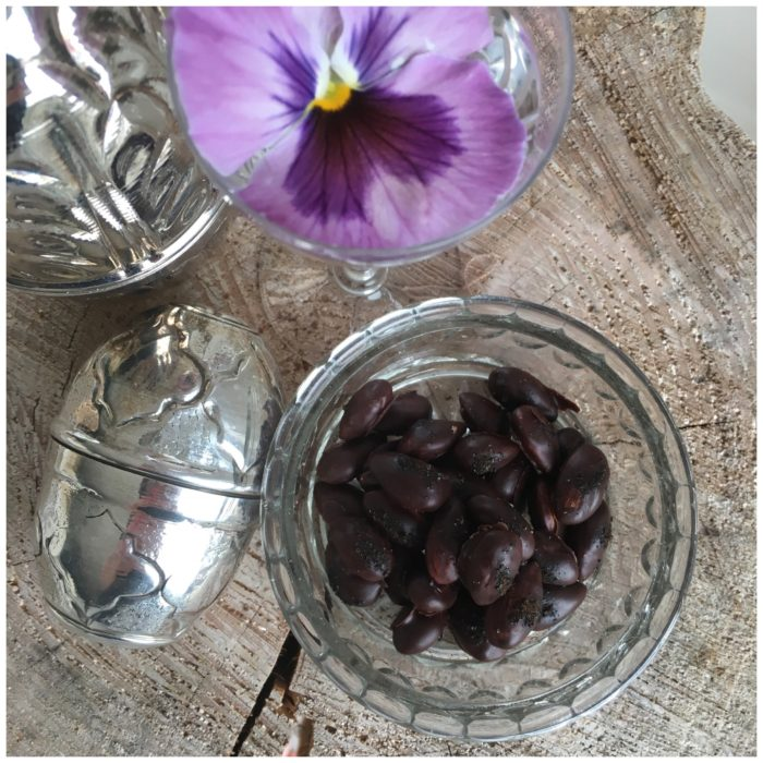 Chokolademandler med et drys lakridsknas