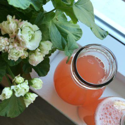 Vaniljeprikket rabarbersaft i den smukkeste farve