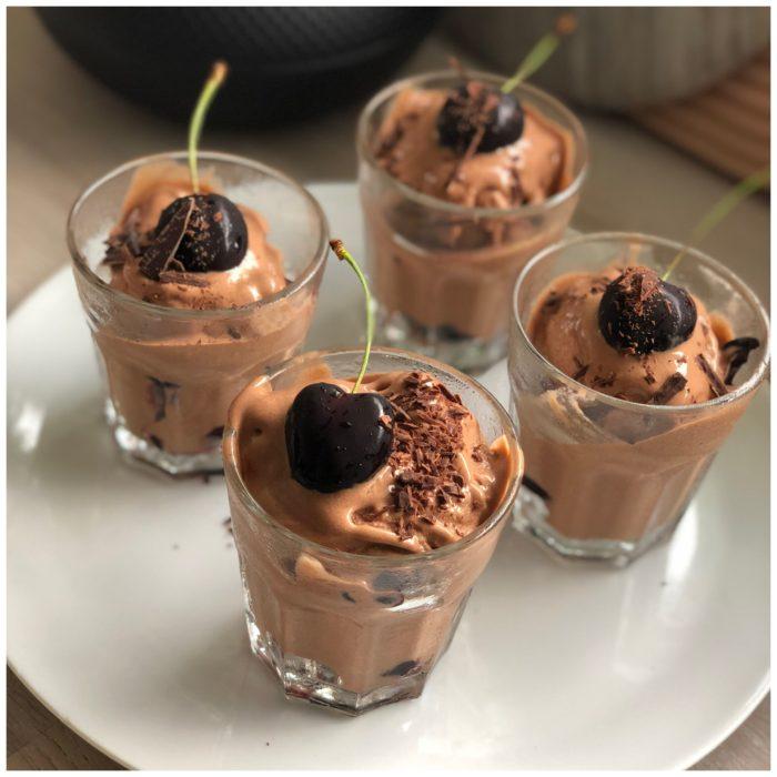 Den lækreste Nicecream med smag af chokolade og saftige kirsebær